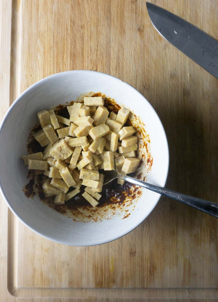 Adding tempeh to marinating sauce