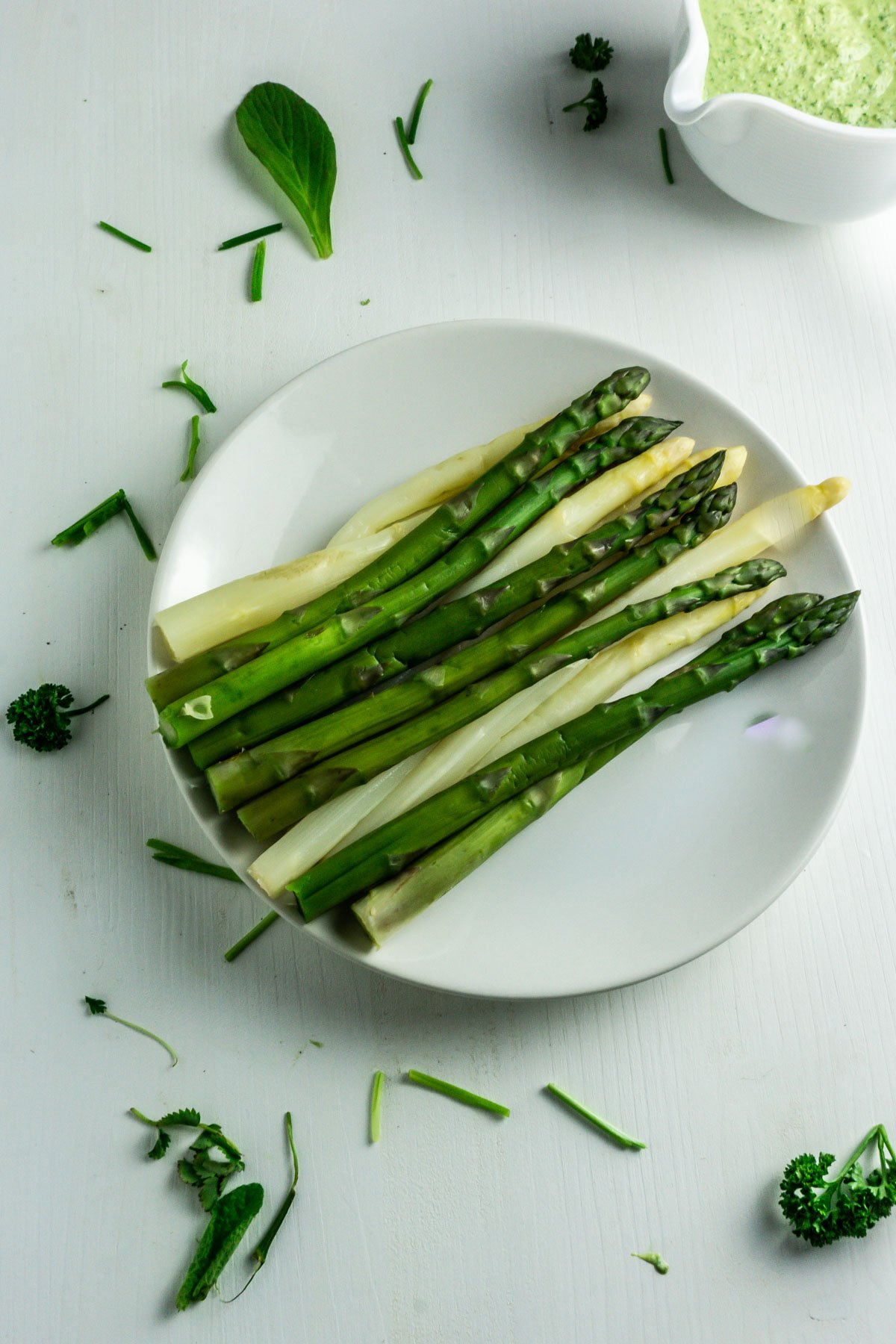 White and green asparagus with Frankfurter Green Sauce (vegan=